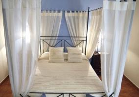 La habitación con cama de matrimonio es preciosa