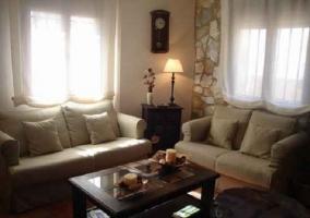Salón con sofas beiges