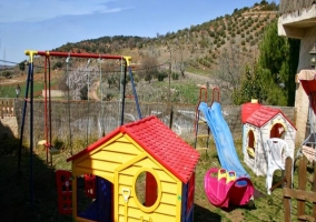 Columpios, tobogán y juegos en el parque infantil