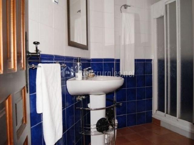 Casa el sauce en nohales cuenca - Banos en azul y blanco ...