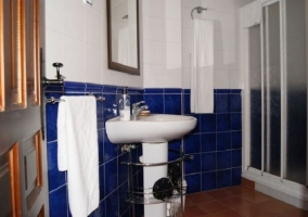 Cuarto de baño alicatado en azul y blanco