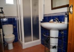 Cuarto de baño azul con plato de ducha