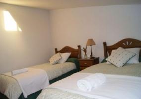 Dormitorio con techo semiabuhardillado