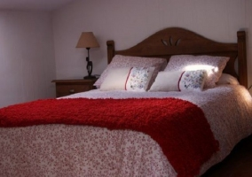 Dormitorio de matrimonio con detalles rojos