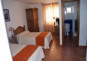 Dormitorio naranja con baño