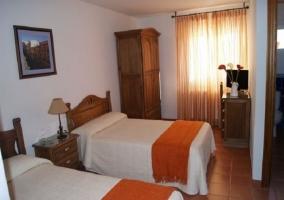 Dormitorio naranja con televisor