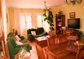 Salón con varios sofás y televisor de plasma
