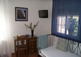 Televisión y escritorio en dormitorio