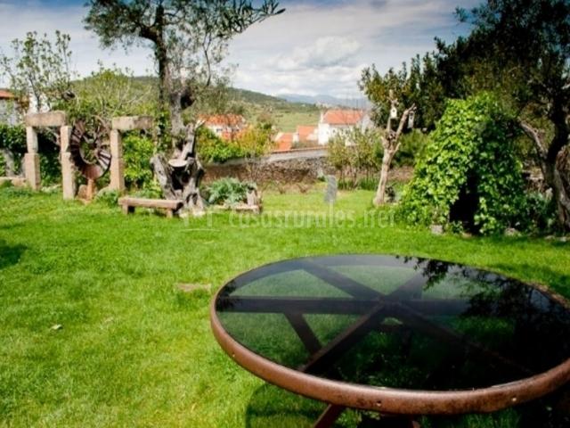 Vistas de las zonas verdes con mesa