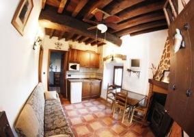 Salón comedor y cocina con decorado en madera