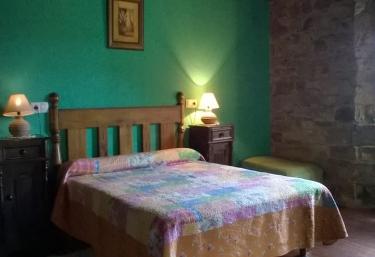 Dormitorio matrimonial con ventana