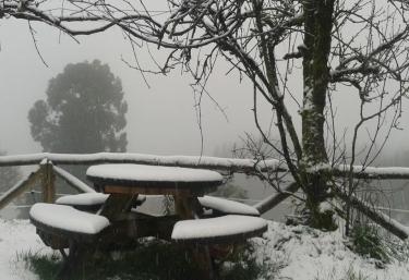 Mesa en el jardín nevado