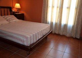 Dormitorio doble con cama de matrimonio