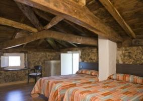 Sala de estar con techos de madera