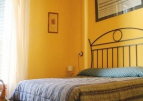 Cuarto con cama de matrimonio