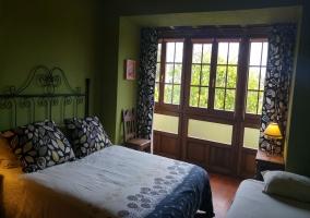 Habitación con cama de matrimonio y supletoria