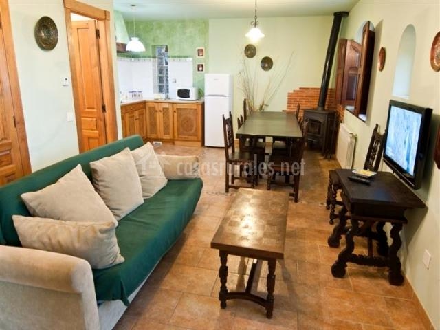 Fresno el caballar apartamento rural en villafufre for Mesa de comedor en la sala de estar