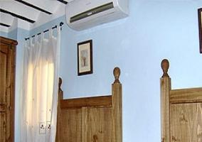 Dormitorio doble de camas individuales con aire acondicionado