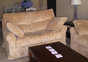 Sala de estar con sillones y mesa baja