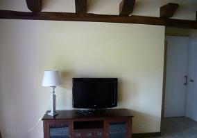 Sala de estar con sillones y mesa de comedor blanca