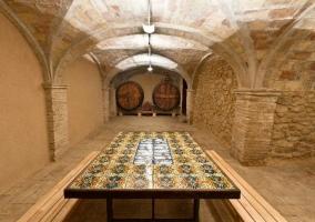 Salón comedor con ventanales y techo de madera con vigas
