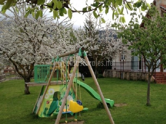 Casa rural alquitara en potes cantabria - Parque infantil casa ...