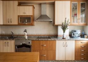 Cocina equipada y mesa
