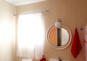 Dormitorio con lavabo