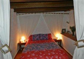 Dormitorio con cama de matrimonio y cuna