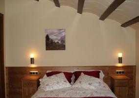 Dormitorio de matrimonio con bajomuros de madera