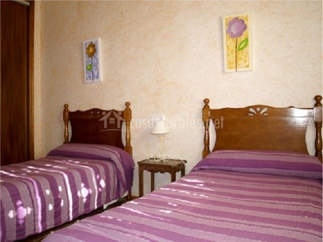 dormitorio doble de camas con bonitos cabeceros