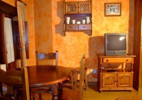 Sala de estar con mesa de comedor junto a chimenea