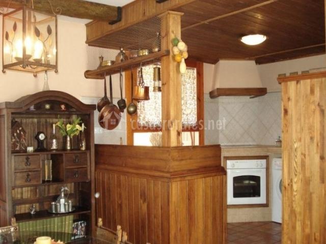 Cocina y comedor comunicados en madera