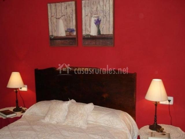 Dormitorio de matrimonio con pared de color vino