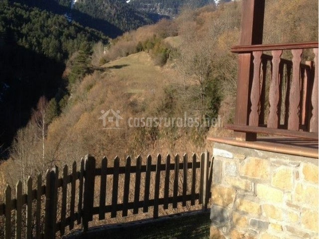 Vistas del porche junto a las zonas verdes