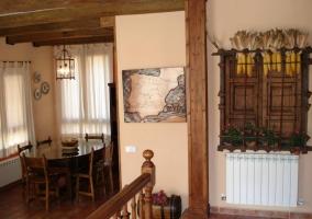 Mesa del comedor y escalera