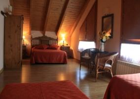 Dormitorio cuádruple con sillas de mimbre