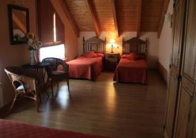 Dormitorio cuádruple con 2 camas individuales y una de matrimonio