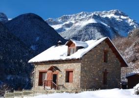 Vistas de la casa con nieve