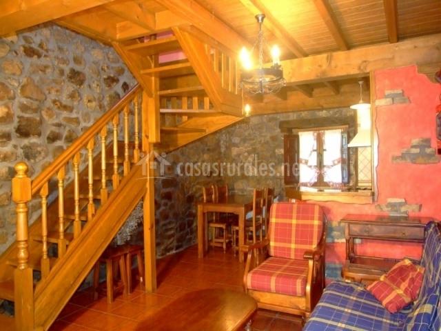 Sala de estar con sillones y mesa de comedor