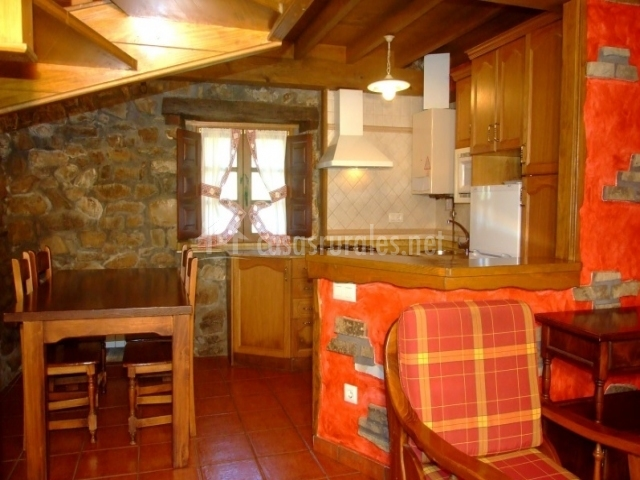 Sala principal con mesa de comedor y cocina