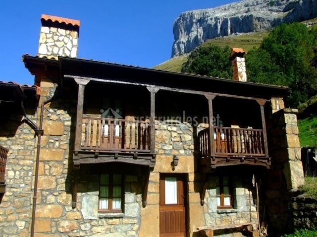 Vista exterior de la casa con terrazas
