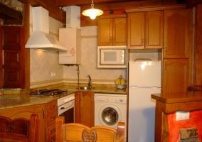 Cocina abierta en L con lavadora y horno