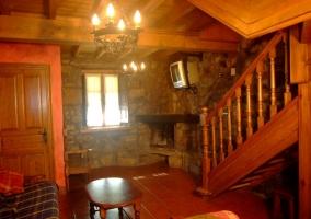 Sala de estar con chimenea en la esquina