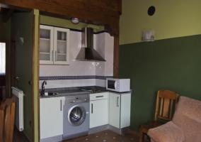 Cocina con lavadora y mesa redonda