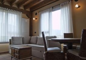 Sala de estar y cocina abierta con muebles rojos