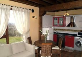 Sala principal con zona de estar y cocina