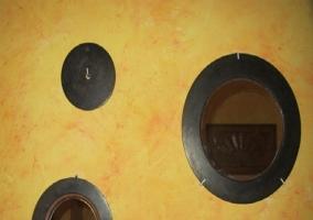 Bonito armario y espejos decorativos en la entrada