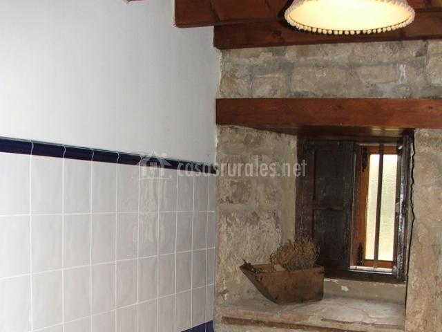 Aseo con pared de piedra
