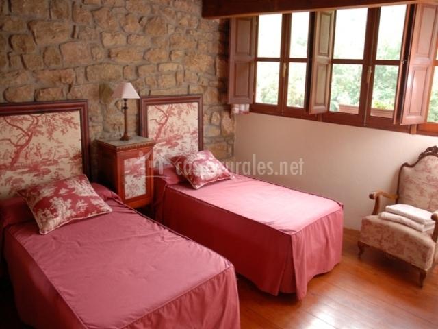 Dormitorio doble con camas rojas